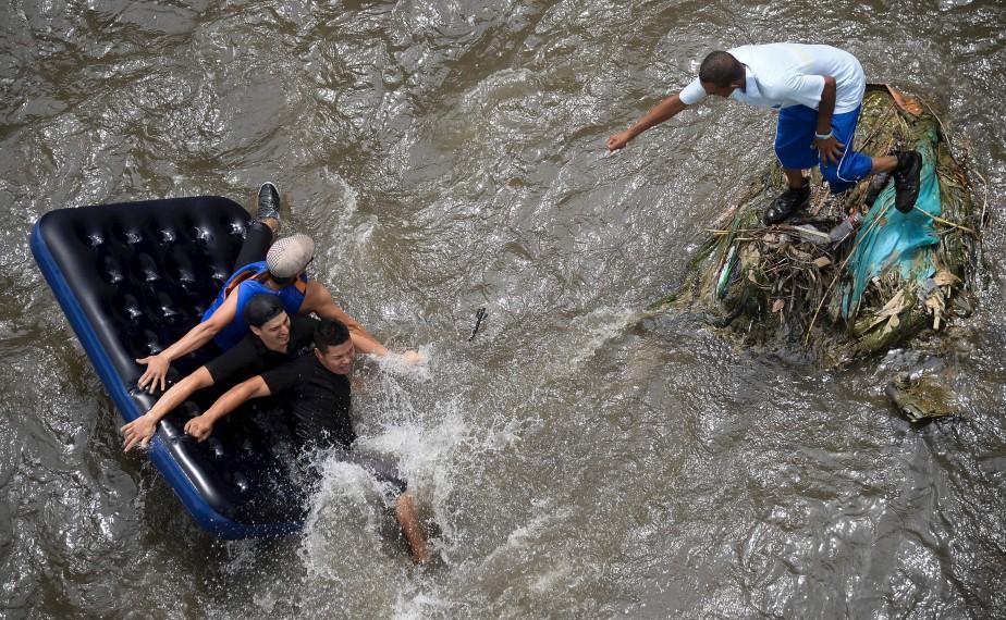 Des activistes descendent la rivière Medellin pour dénoncer la pollution de ce cours d'eau colombien. | 12 février 2017