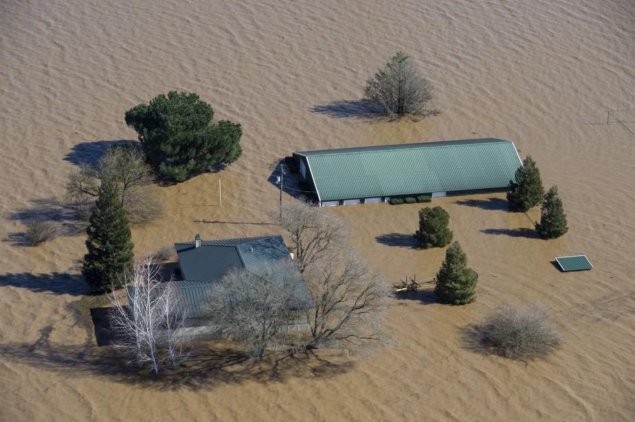 Le niveau d'eau des rivières Cosumnes et Mokelumne atteint les toits à Elk Grove, en Californie, près d'où l'érosion a grugé un barrage. | 12 février 2017