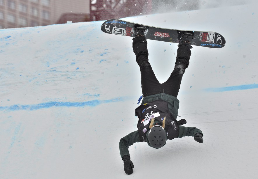 La planchiste Laurie Blouin s'est retrouvée les quatre fers en l'air devant notre photographe Patrice Laroche, jeudi, lors des qualifications de la compétition Big Air, tenue à l'îlot Fleurie. Le défi du cliché reposait sur la vitesse d'obturation. Données techniques : Nikon D4. Focale 300mm, ISO 400, ouverture f9, vitesse 1/1600 e  seconde | 13 février 2017