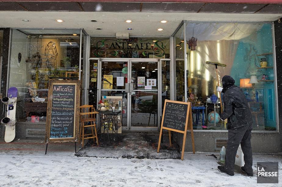 La vitrine de l'Anticafé a été fracassée dans... (Robert Skinner, La Presse)