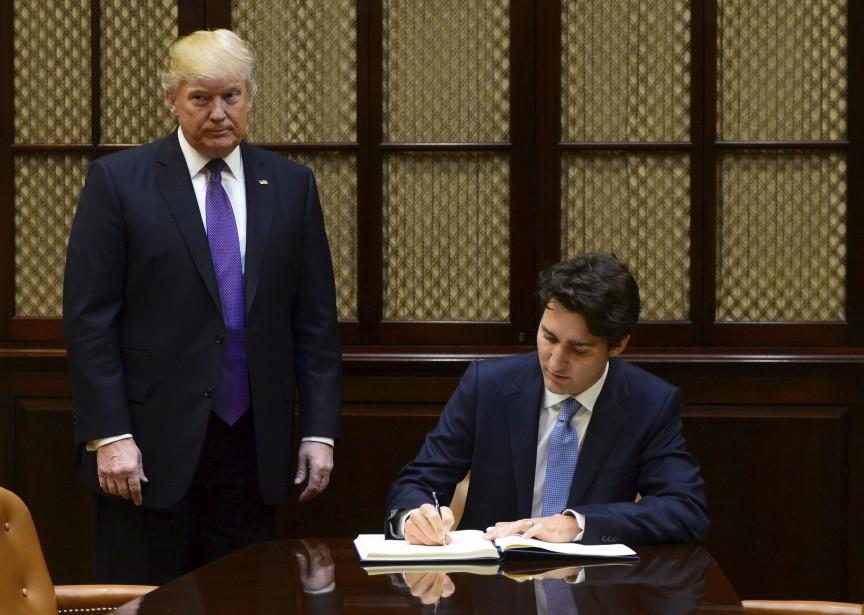 Donald Trump accompagne Justin Trudeau alors que ce dernier signe le registre des invités dans la Chambre Roosevelt Room, à la Maison-Blanche. | 13 février 2017