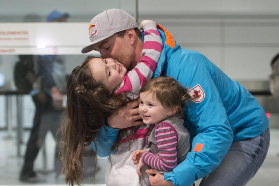 Erik Guay a été accueilli par ses filles... (Photo Paul Chiasson, PC)