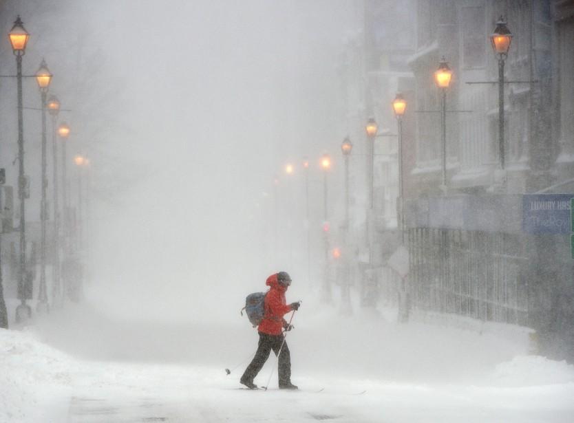 Un skieur traverse la rue Barrington au centre-ville d'Halifax alors qu'une tempête de neige majeure frappe les Maritimes. | 13 février 2017