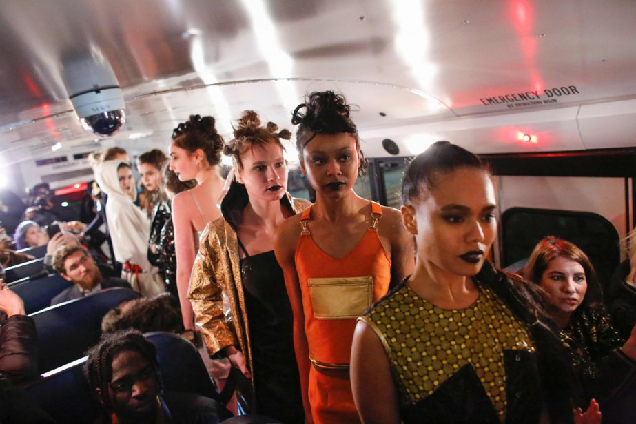 Les mannequins, en jupes courtes et sweat-shirts à... (PHOTO AFP)