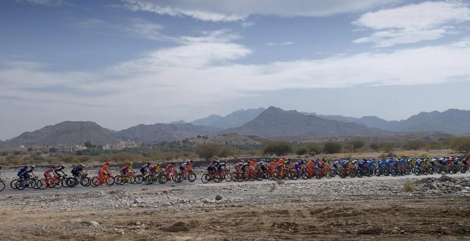 Le peloton de cyclistes lors de la première épreuve de la huitième édition du Tour d'Oman, entre la plage al-Sawadi et le Parc Naseem à Manumah. | 14 février 2017