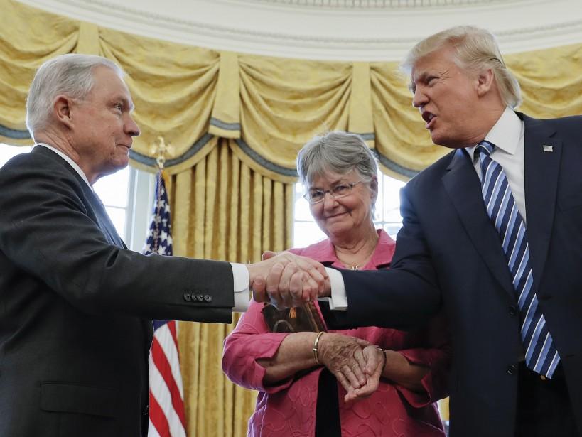 Le procureur général Jeff Sessions et le président américain. | 14 février 2017