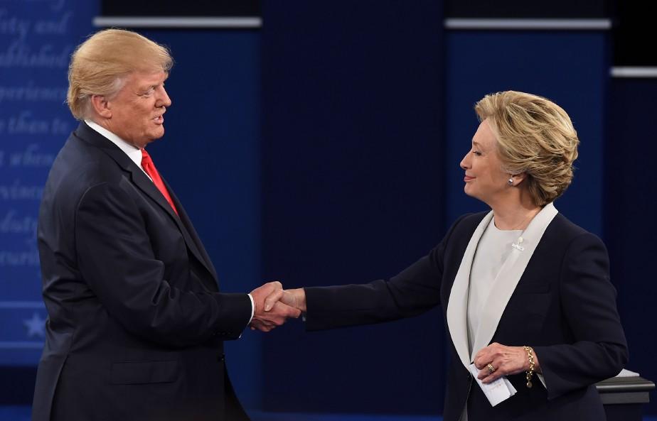 avant la tenue d'un débat entre les deux candidats à la présidence, la démocrate Hillary Clinton et le républicain Donald Trump avaient échangé une poignée de main. | 14 février 2017