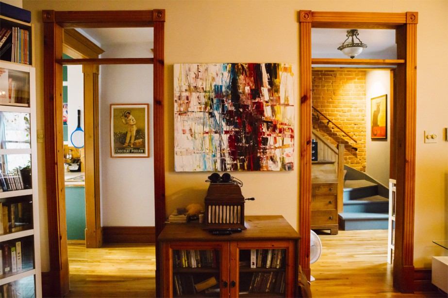 Dans le salon, une grande pièce double, on retrouve d'un côté la portion séjour. | 15 février 2017