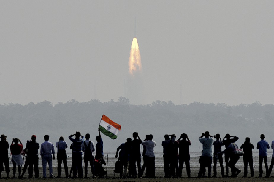 Des Indiens assistent au lancement d'un satellite à Sriharikota. L'Inde... | 2017-02-15 00:00:00.000