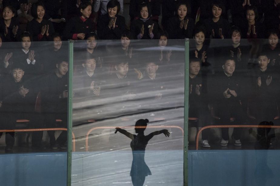 Des spectateurs assistent à une compétition internationale de patinage artistique annuelle à Pyongyang. L'événement est tenu en l'honneur du leader nord-coréen Kim Jong-Il. | 15 février 2017