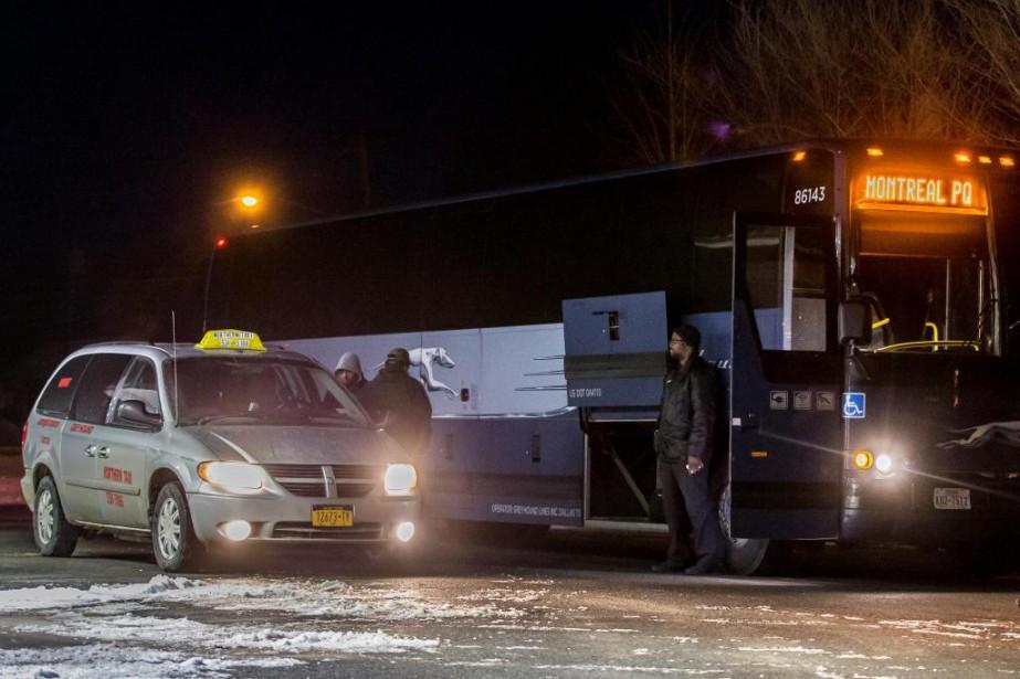 À Plattsburgh, Omar, un Yéménite, descend d'un autobus... (Photo Martin Tremblay, La Presse)