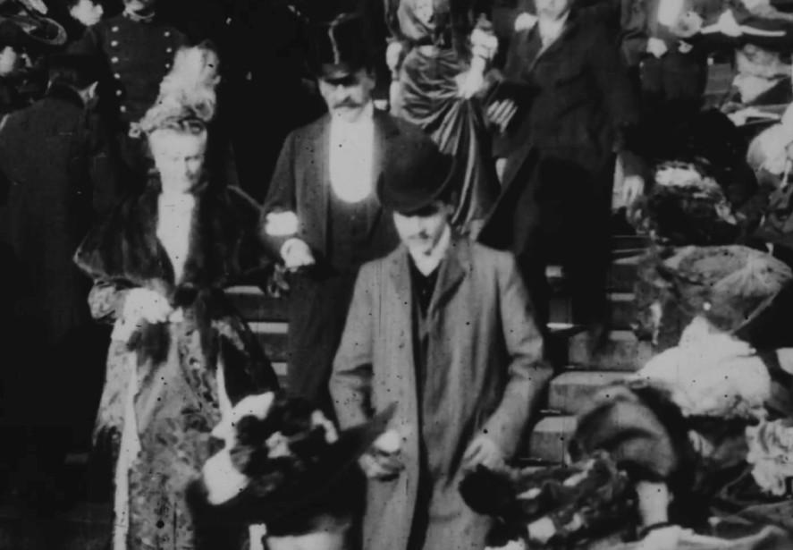 Contrairement aux aristocrates qui l'environnent, Marcel Proust ne...