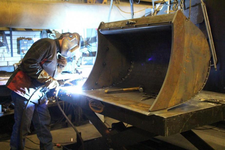 Soudure d'un godet à l'usine GRYB de Victoriaville.... (Photo fournie par GRYB)
