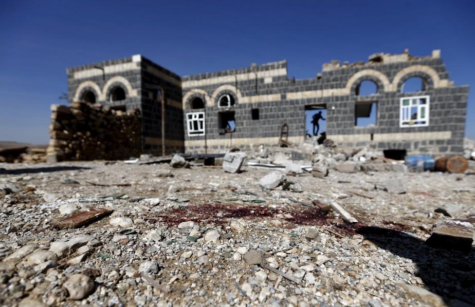 Des taches de sang sont visibles sur le sol où une attaque aérienne a interrompu une cérémonie funéraire dans le district d'Arhab, au nord de Sanaa, au Yémen. Huit femmes et un enfant ont été tués et dix autres femmes ont été blessées. | 16 février 2017