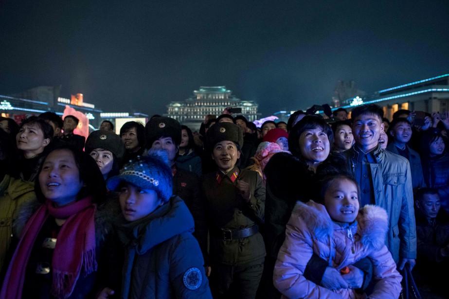 Au centre-ville de Pyongyang, des Nord-Coréens contemplent les feux d'artifice en l'honneur du 75e anniversaire de leur ancien leader, Kim Jong-Il, père de Kim Jong-Un, leader actuel, et de Kim Jong-Nam, exilé et assassiné en Malaisie la semaine dernière. | 16 février 2017