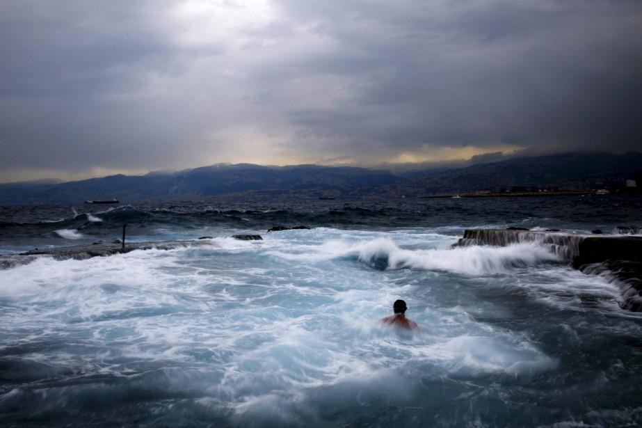 Une nage matinale pour ces Libanais, qui se baignent dans la Méditerranée le long de Beyrouth, à 8 degrés Celsius. | 16 février 2017