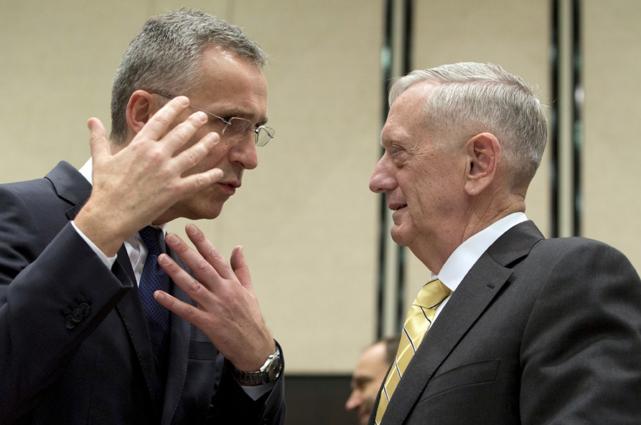 Le secrétaire à la Défense américain Jim Mattis, à droite, parle avec le secrétaire général de l'OTAN Jens Stoltenberg, durant une rencontre à Bruxelles où les membres ont discuté de l'accélération des efforts pour combattre l'État islamique. | 16 février 2017