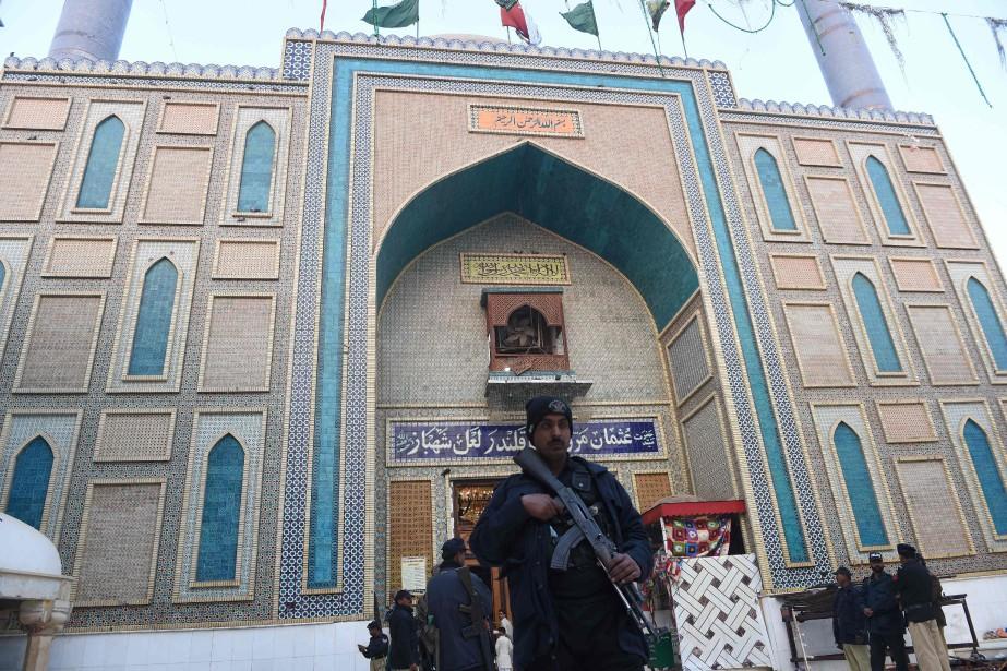 Au lendemaine de l'attentat, un policier lourdement armé... (Photo ASIF HASSAN, AFP)