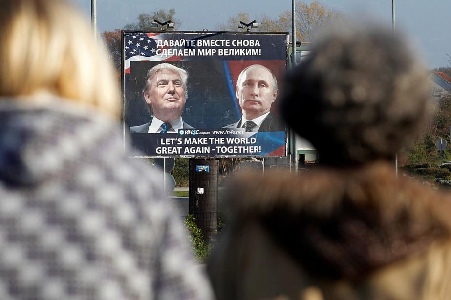 Une affiche avec des photos du président américain... (Photo Stevo Vasiljevic, archives REUTERS)