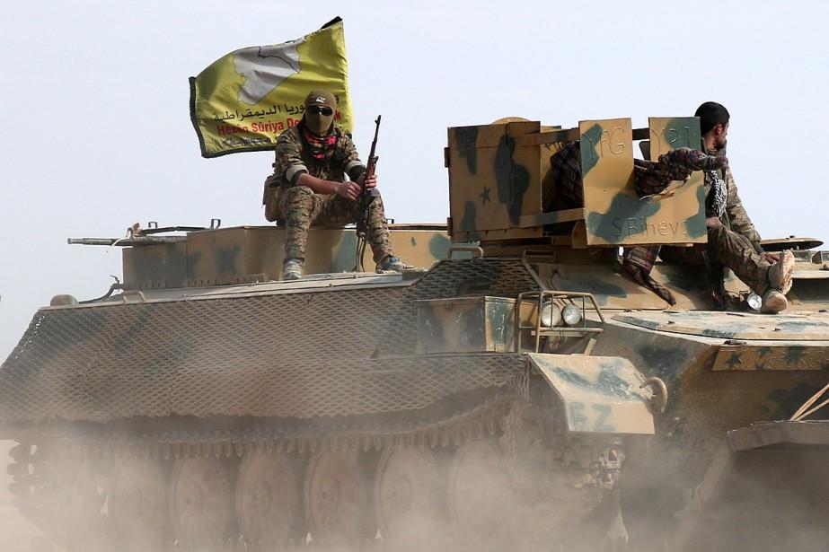 Des combattants des Forces démocratiques syriennes assis sur... (Photo Rodi Said, archives REUTERS)