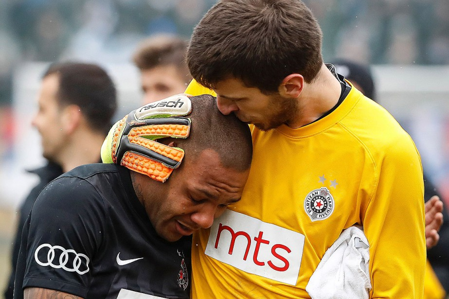 À la fin du match, Everton Luiz a quitté... (PHOTO AGENCE FRANCE-PRESSE)