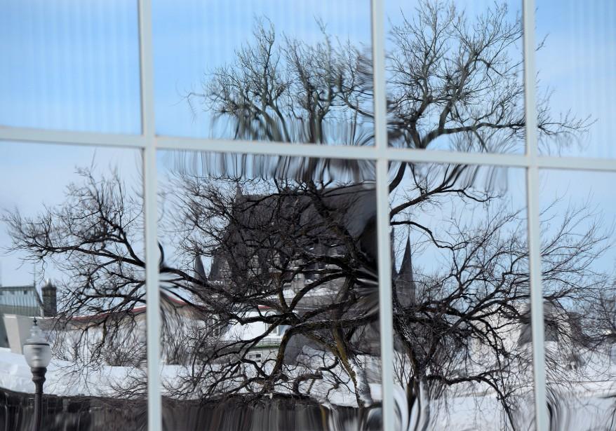 Pas toujours évident de trouver une façon de photographier l'emblème de Québec, le Château Frontenac, sous un angle inusité. Sans réinventer «la roue à trois boutons», comme dirait l'autre, notre photographe Erick Labbé a choisi de tourner son objectif vers un immeuble vitré de la place D'Youville pour obtenir des effets de distorsion originaux qui varient selon l'heure de la journée.Données techniques : Nikon D4. Focale 200 mm, ISO 800, ouverture f6.3, vitesse 1/800 seconde | 19 février 2017