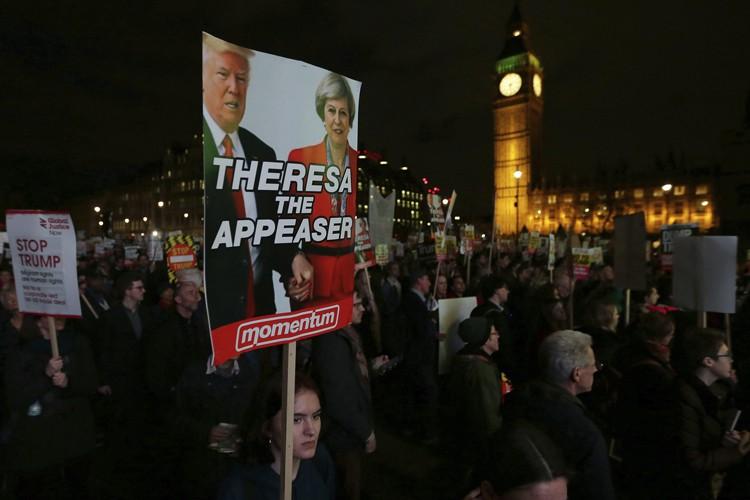Les manifestants se sont rassemblés en fin d'après-midi... (PHOTO AP)