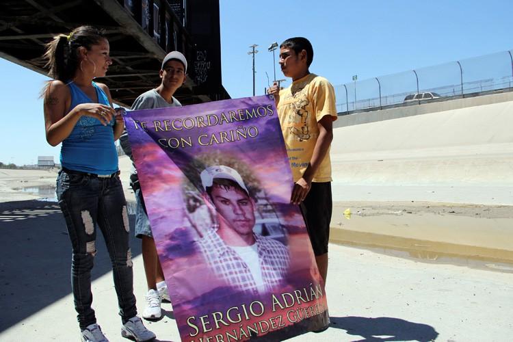 Des proches de Sergio Hernandez tiennent une bannière... (PHOTO REUTERS)