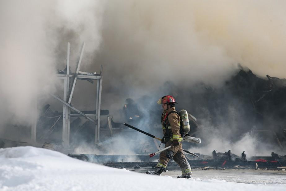 Le feu s'est rapidement emparé de cet entrepôt de l'avenue Bonaventure, mardi matin à Shawinigan. (Olivier Croteau, Le Nouvelliste)