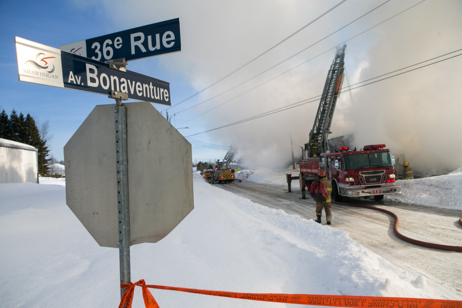 Le bâtiment appartenant à L'Entrepôt du couvre-plancher a été réduit en cendres. (Olivier Croteau, Le Nouvelliste)