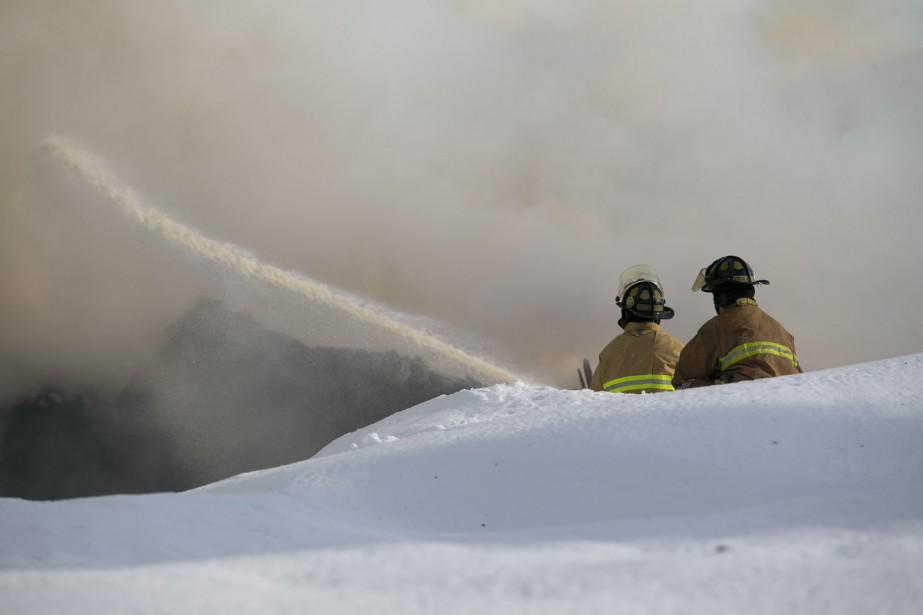 Une trentaine de pompiers ont combattu l'incendie. (Olivier Croteau, Le Nouvelliste)
