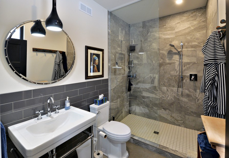 La salle de bain du rez-de-chaussée est la fierté de Martin Godbout qui l'a dessinée et décorée. (Le Soleil, Patrice Laroche)