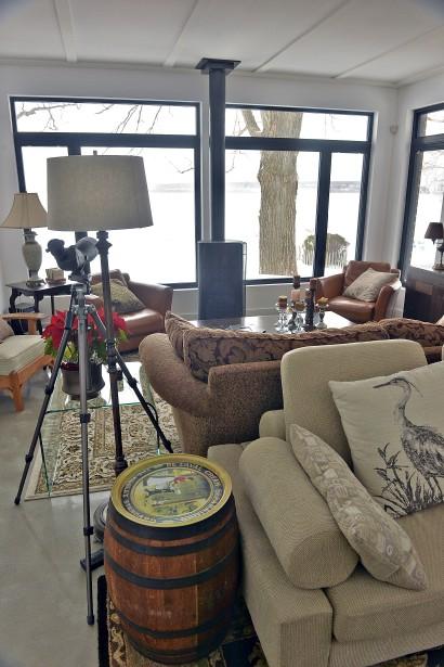 Ici, le salon confortable avec son foyer au gaz. (Le Soleil, Patrice Laroche)
