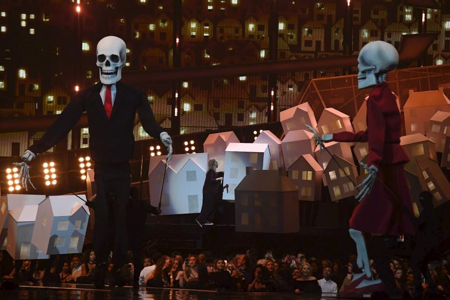 Katy Perrya fait venir sur la scène deux squelettes géants ressemblant à s'y méprendre à Donald Trump et Theresa May. | 22 février 2017
