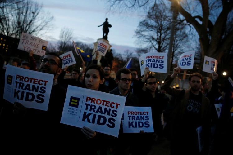Des militants transgenres manifestent conre la décision de... (PHOTO REUTERS)