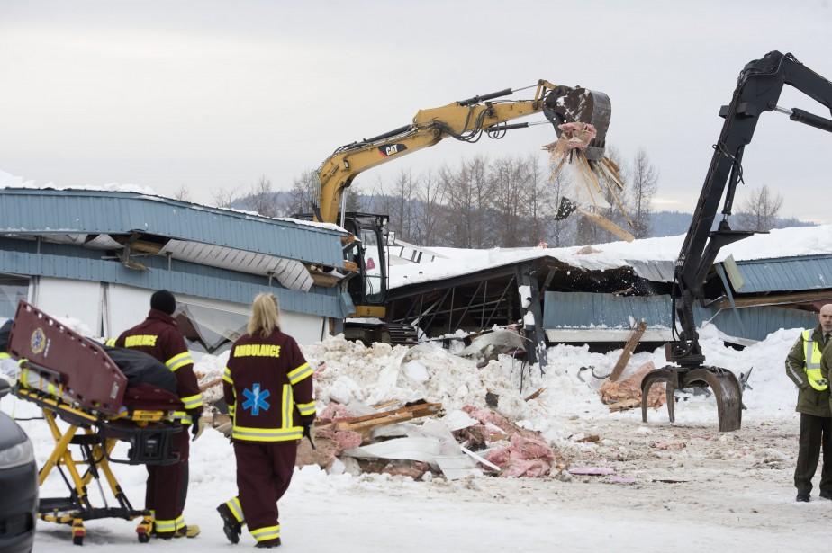Des secours ont eu recours à deux pelles mécaniques pour dégager les débris avec comme objectif de retrouver le travailleur. | 22 février 2017