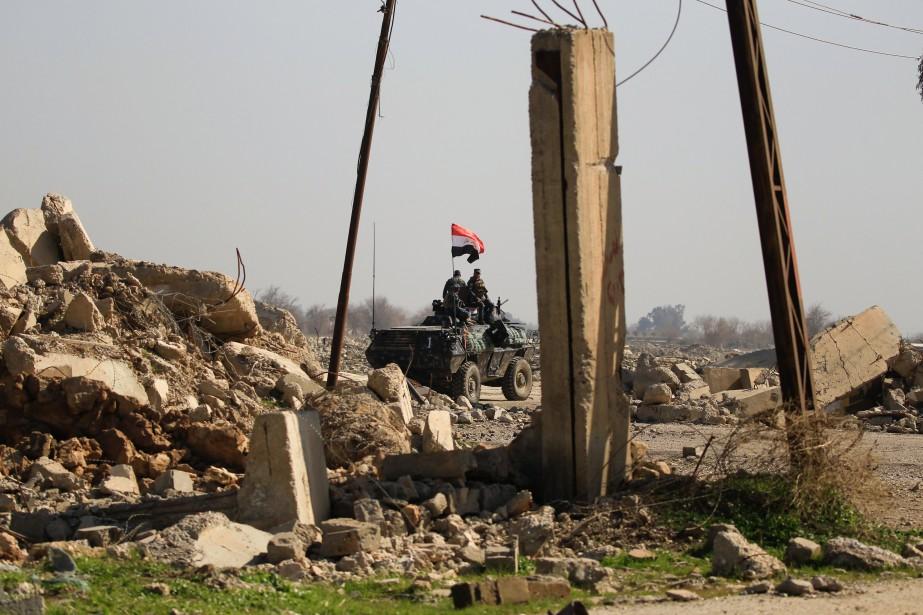 Un véhicule de l'armée irakienne circule à travers... (Photo Zohra Bensemra, REUTERS)