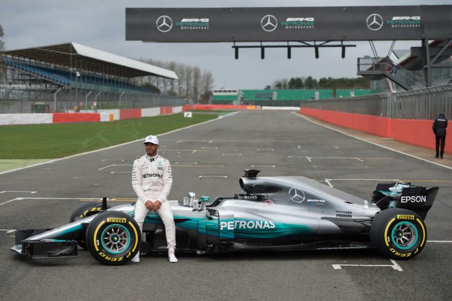 Lewis Hamilton pose avec la nouvelle monoplace de l'écurie Mercedes-AMG, la W08 Hybrid. (Photo Oli Scarff, AFP)