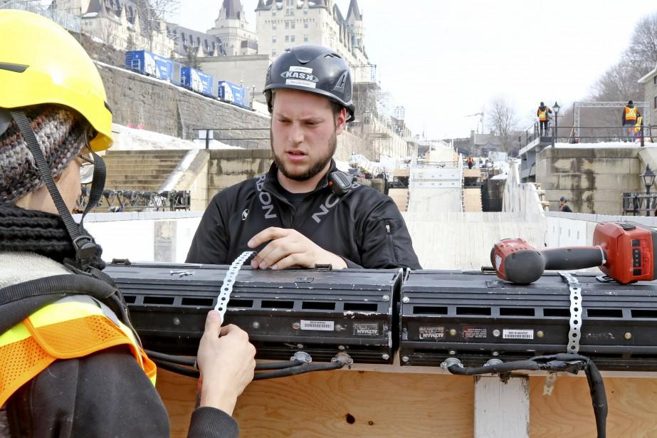 Les travailleurs terminent les préparatifs. | 23 février 2017
