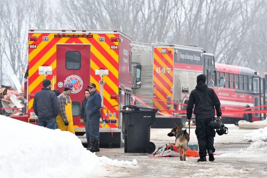 Jeudi, quelque 60personnes étaient sur les lieux du drame. Des policiers, des enquêteurs et des techniciens en identité judiciaire de la Sûreté du Québec étaient présents, de même que des ambulanciers, en plus des pompiers du Centre-Mékinac. | 23 février 2017
