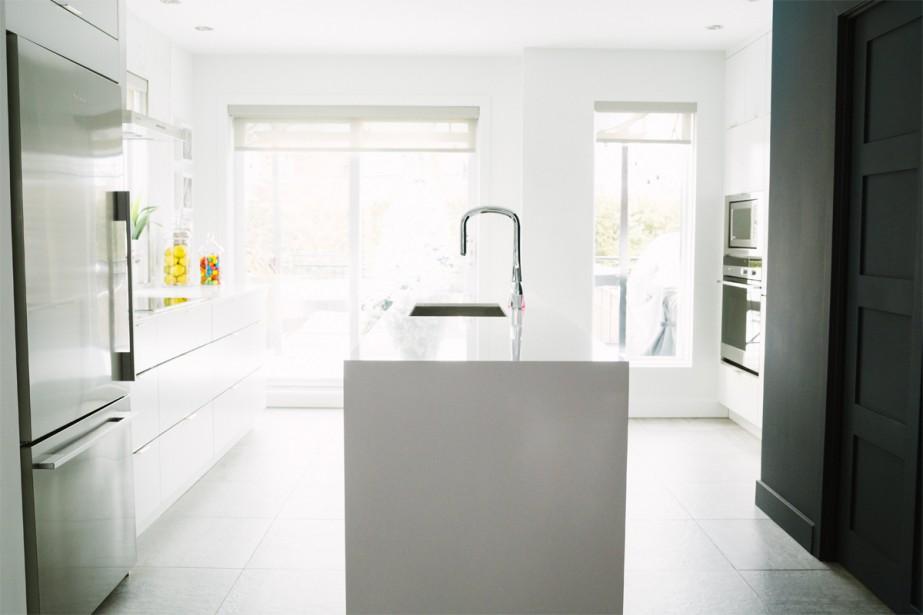 La cuisine, spacieuse et très lumineuse, donne sur une cour aménagée avec piscine. (Photo Marie-Christine Gobeil, collaboration spéciale)