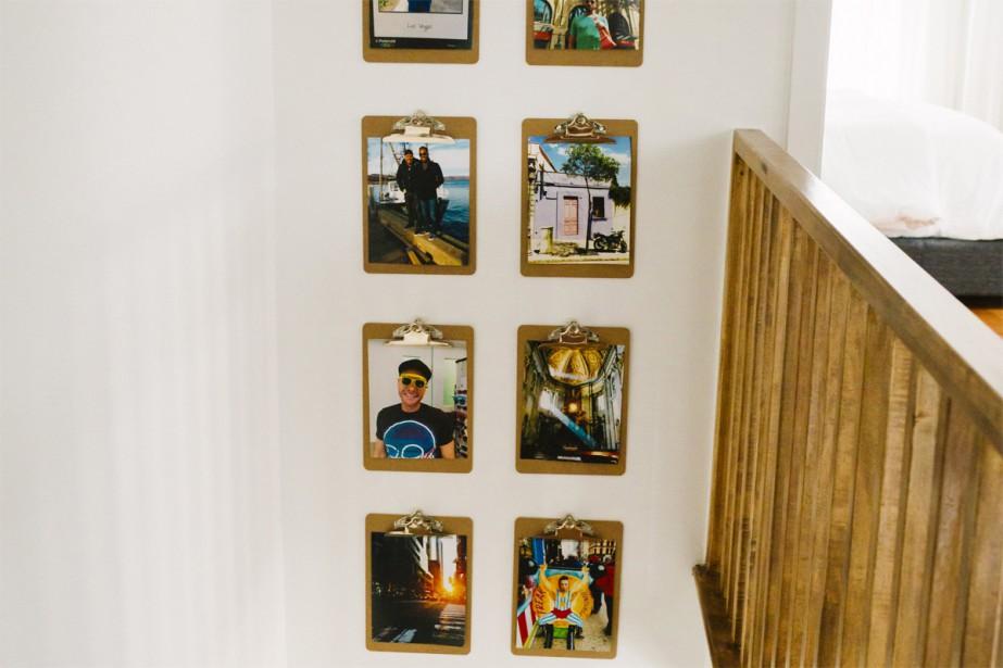 Dans l'escalier, on retrouve encore une multitude de magnifiques photos de voyage accrochées en hauteur. (Photo Marie-Christine Gobeil, collaboration spéciale)