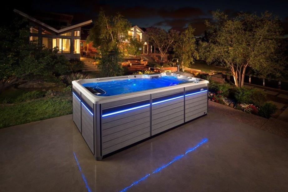 Voici la nouvelle gamme de spas de nage munis d'une turbine. «Même Michael Phelps pourrait s'entrainer dans ce spa», image le directeur Patrice Savard. (courtoisie)