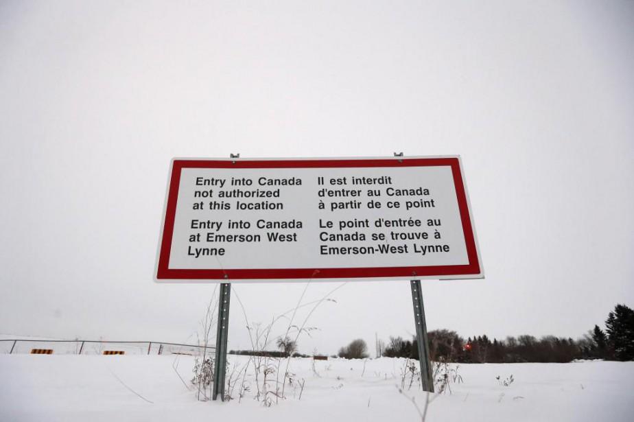 Un écriteau rappelant l'interdiction d'entrer au Canada sans... (PHOTO JOHN WOODS, LA PRESSE CANADIENNE)