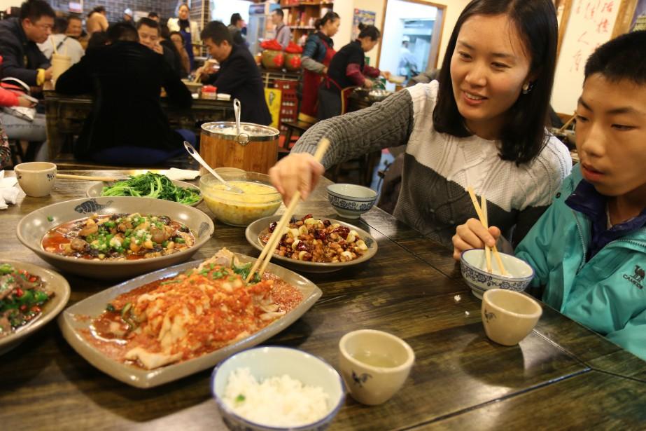Un resto populaire à Chengdu. On voit un jambon épicé au premier plan. | 24 février 2017