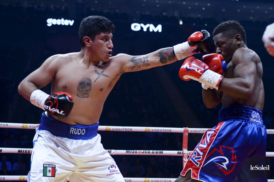 Deuxième combat (164 lb - 4 rounds): Christian M'Billi (à gauche) a remporté son combat en passant le K.-O. à Jesus Olivares à 0:34 du troisième round. | 24 février 2017