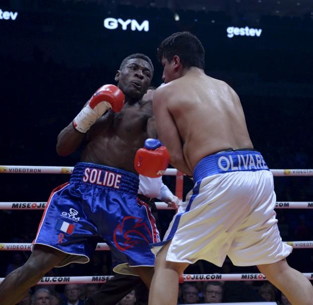 Deuxième combat (164 lb - 4 rounds): Christian M'Billi (à droite) a remporté son combat en passant le K.-O. àJesus Olivares à 0:34 du troisième round. | 24 février 2017