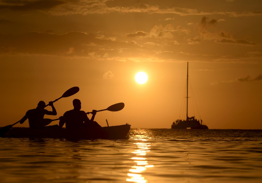 En vacances récemment dans l'île de Roatan, au large du Honduras, Jean-Marie Villeneuve a saisi cette magnifique photo d'embarcations sur fond de soleil couchant. «Debout avec de l'eau jusqu'aux épaules, j'étais concentré sur le catamaran qui venait sur moi. Ces deux pagayeurs ont surgi de nulle part et sont passés rapidement devant moi, comme un cadeau.»Données techniques:Nikon D4. Focale 165mm, ISO 500, ouverture f.11, vitesse 1/8000 e seconde | 26 février 2017