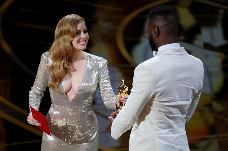 Amy Adams a présenté l'Oscar du meilleur scénario adapté, remis à Tarell Alvin McCraney et Barry Jenkins (hors champ), pour <em>Moonlight</em>. (REUTERS)