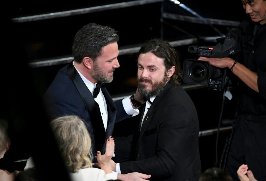 Casey Affleck est félicité par son frère Ben pour son Oscar du meilleur acteur pour Manchester by the Sea. | 27 février 2017